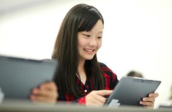 タブレットを持つ女子生徒