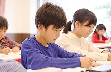 受講している小学生の男の子