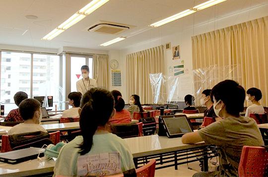 教師の話を聞く生徒たち